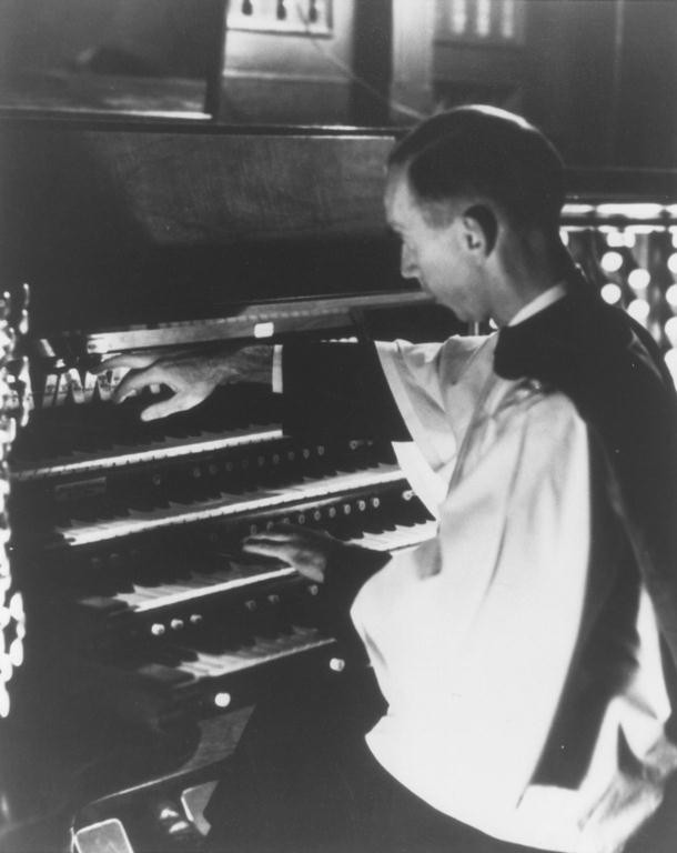 Vernon de Tar at the Skinner Organ, Op. 860 (1931) in Church of the Ascension - New York City (photo: Robert Lockridge)