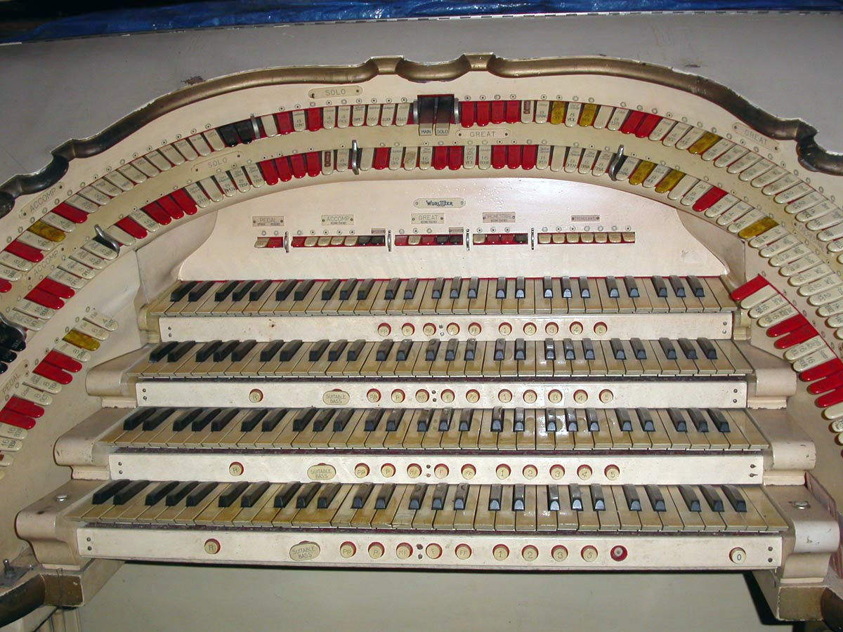 Console of Wurlitzer Organ, Op. 1891 (1928) at the Beacon Theatre - New York City (photo: Diego LaJolla)