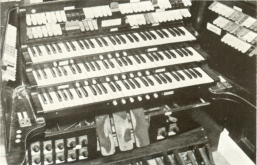 Console of M.P. Möller organ, Op. 4373 (1925) in Loew's 83rd Street Theatre - New York City