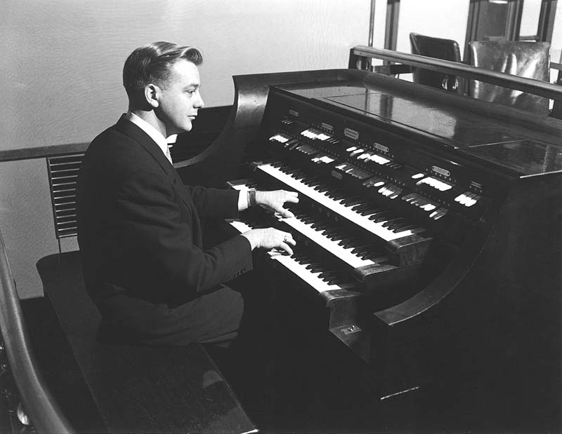 Ray Bohr at the Wurlitzer Organ, Op. 2185 (1934) in the Radio City Rainbow Room (Rockefeller Center) - New York City (photo: courtesy Jeff Weiler)